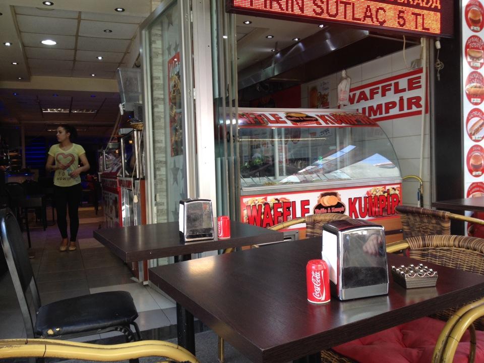 Kırmızım Cafe & Bar | Caferağa 56 Mühürdar Caddesi, 34710 Kadıköy/İstanbul | +90 216 418 67 00